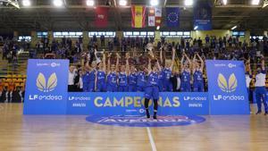 Silvia Domínguez levanta el trofeo de campeonas para el Perfumerías Avenida