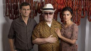 Pedro Almodóvar, con Raúl Arévalo y Penélope Cruz, en una imagen promocional de 'Dolor y gloria'.
