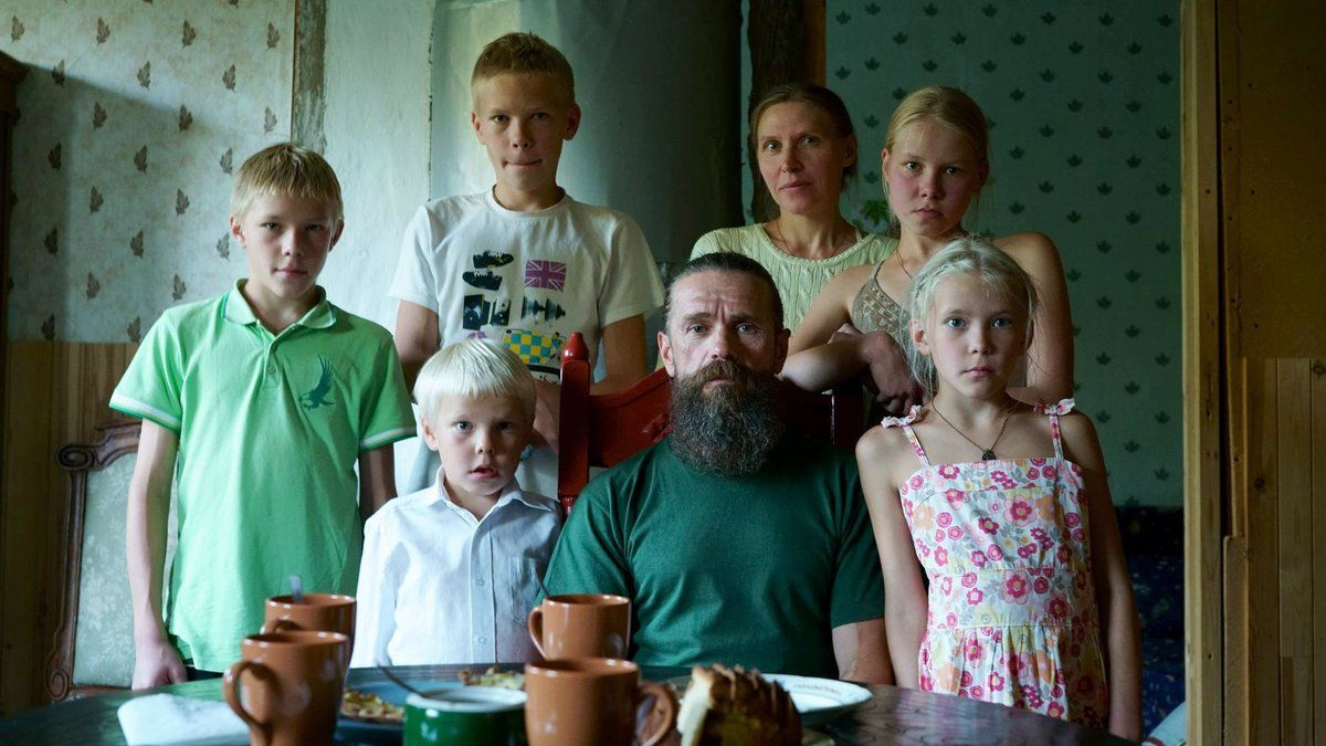La familia Pankratev, en un fotograma de 'Carelia: Internacional con monumento', de Andrés Duque