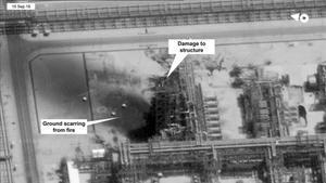 Imagen satelital proporcionada por EEUU de lals refinerías saudís de petróleo atacadas.