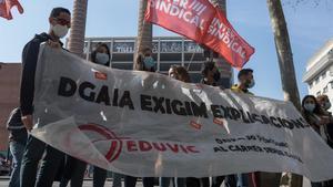 Protesta de educadores sociales frente a la DGAIA debido al despido de 36 trabajadores de la cooperativa Eduvic tras el cierre de dos centros de menores.