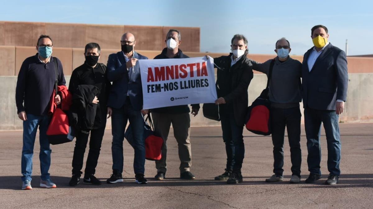Los siete presos del procés han salido de prisión este viernes mostrando una pancarta a favor de la amnistía.