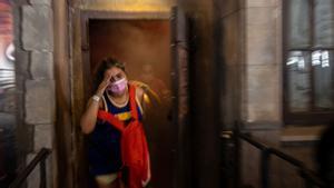 Una 'clienta' sale a la carrera del Hotel Krüeger, donde en un más difícil todavía los personajes de terror llevan mascarilla.