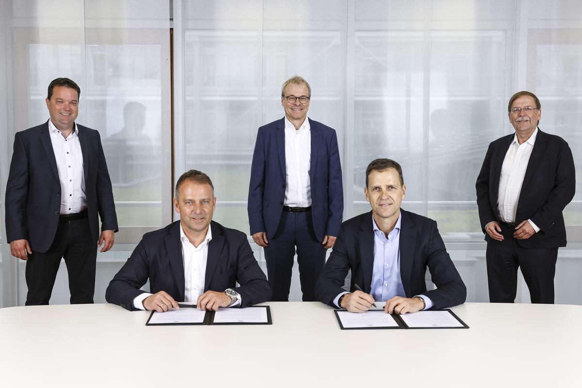 Hansi Flick, en el momento de la firma junto a los responsables federativos.