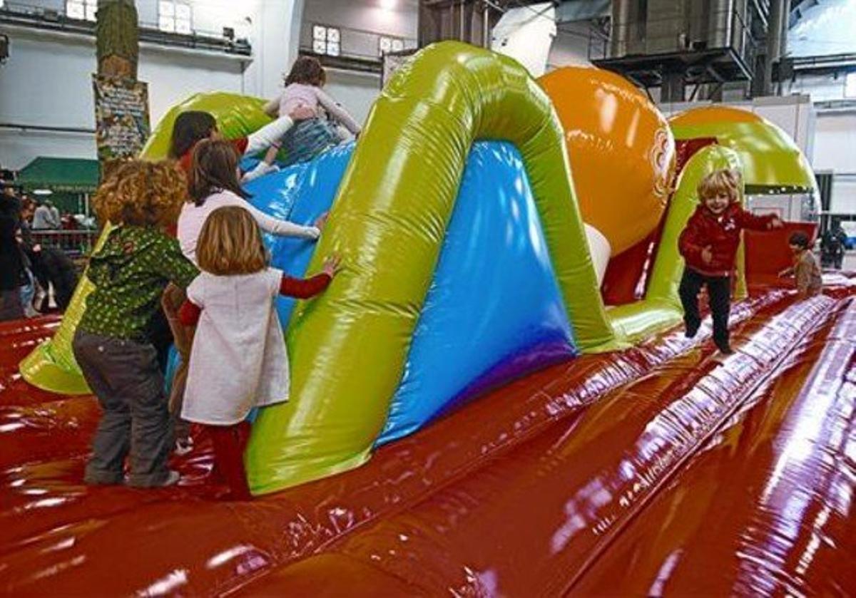 Niños jugando en unos hinchables en el salón de la Infancia de hace un año.