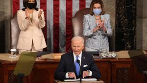 Kamala Harris y Nancy Pelosi aplauden el discurso de Joe Biden.