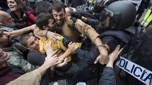 Violentos enfrentamientos en el colegio Ramon Llull de Barcelona.