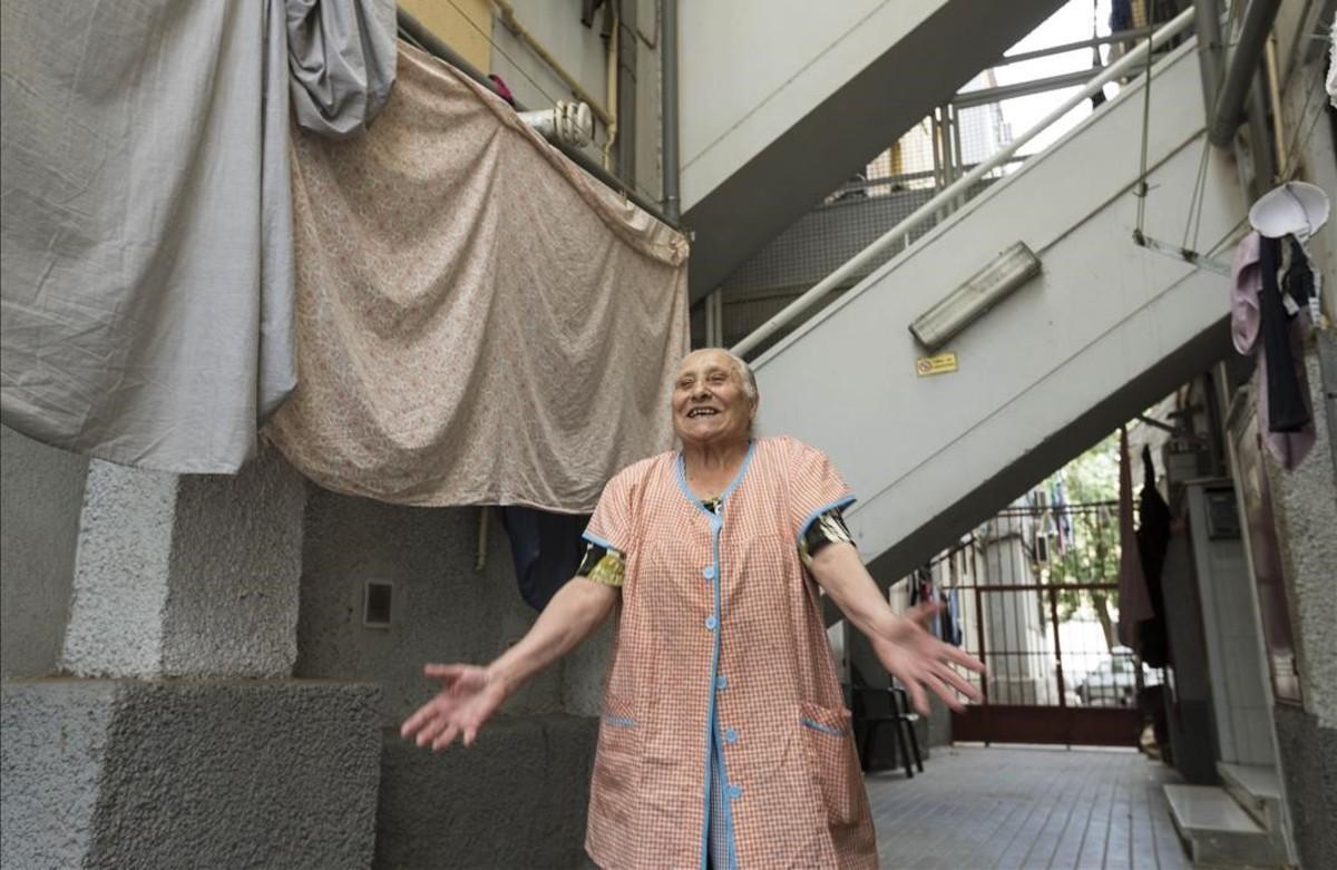 Mercedes Santigo frente al bloque de Sant Roc en el que vive desde que se tiraron su edificio, también en el barrio.