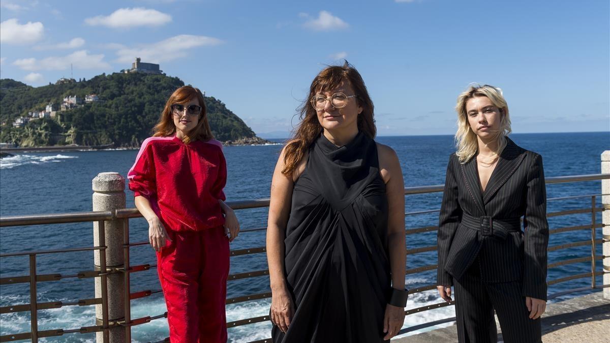 Isabel Coixet, con las actrices Greta Fernándezy y Natalia Molina, protagonistas de 'Elisa y Marcela', en San Sebastián.