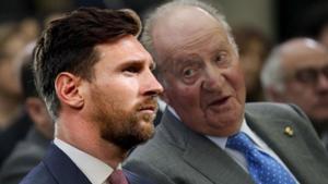 Uno de los memes de Twitter del anuncio de que Messi se va, que juega con la idea de que el futbolista se va con el rey emérito Juan Carlos I.