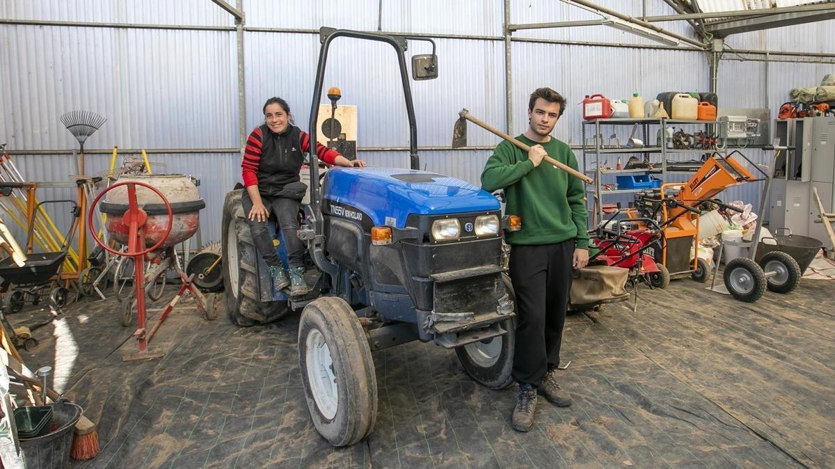 Laila y Guillem, en el almacén de Can Comas, en el parque agrario del Llobregat, donde guardan las herramientas para el campo.