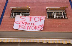 Pancarta contraria a la apertura del centro para menores migrantes que la DGAIA prevé instalar en Rubí.