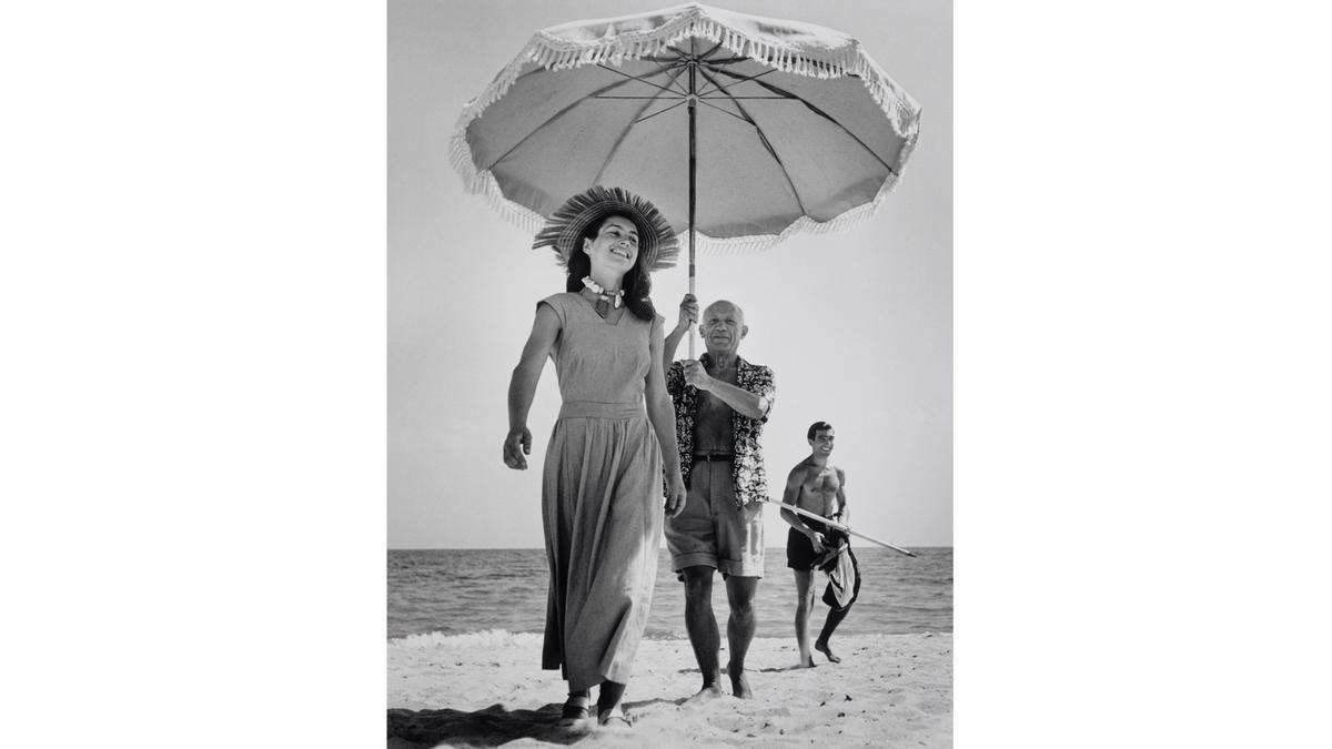 Pablo Picasso con Françoise Gilot y su sobrino Javier Vilató, en la playa Golfe-Juan, en agosto de 1948.