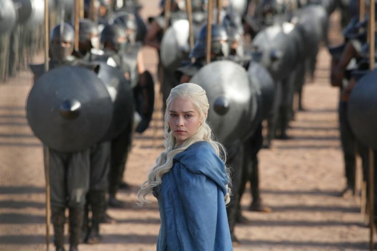 La actriz Emilia Clarke, en su papel de Daenerys Targaryen, ante su ejército de Inmaculados en 'Juego de tronos'.