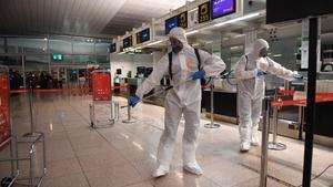 Soldados de la UME desinfectanel aeropuerto de El Prat.