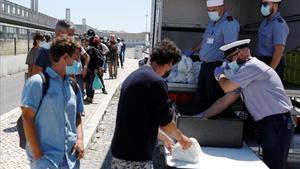 Miembros de la Marina de Portugal reparten comida entre ciudadanos necesitados por los efectos de la pandemia.