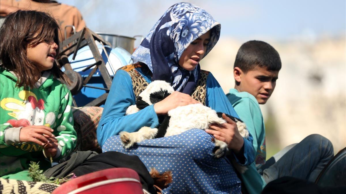 Desplazados internos llegan a la localidad de Qestel Cinds, controlada por el Ejército Libre Sirio, en Afrín (norte de Siria), el 13 de marzo.