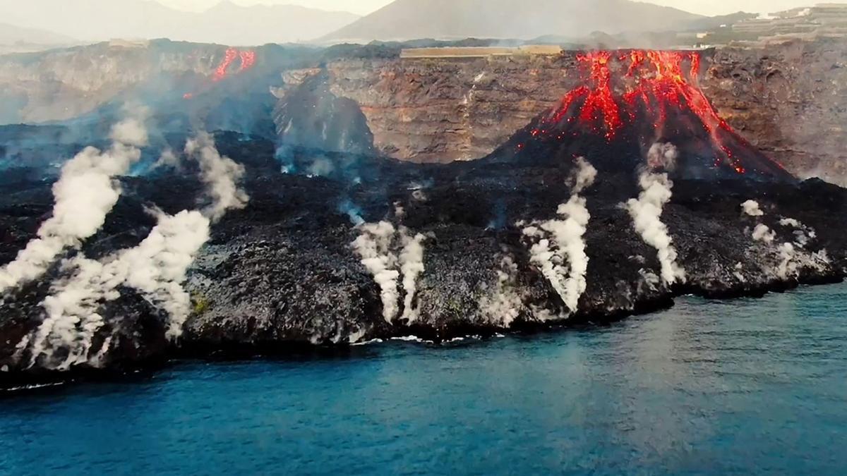 Vista aérea desde el buque oceanográfico Ramon Margalef (IEO) del delta formado en la costa a partir de la lava del volcán Cumbre Vieja, en el Isla Canaria de La Palma