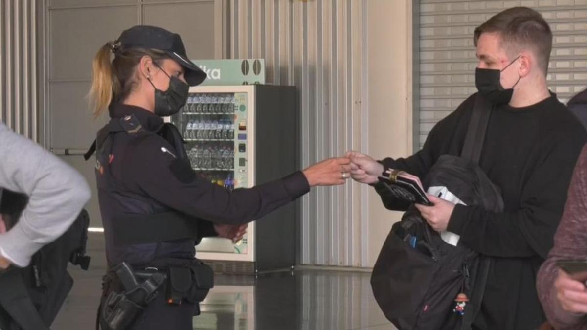 """Vacunación de policías y guardias civiles: versiones que no cuadran y agentes """"menospreciados"""""""