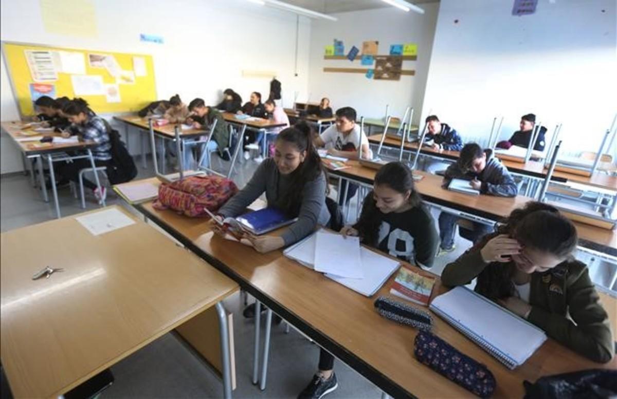 Alumnos de ESO en su aula del instituto escuela Sant Adrià del Besòs, en el barrio de La Mina.
