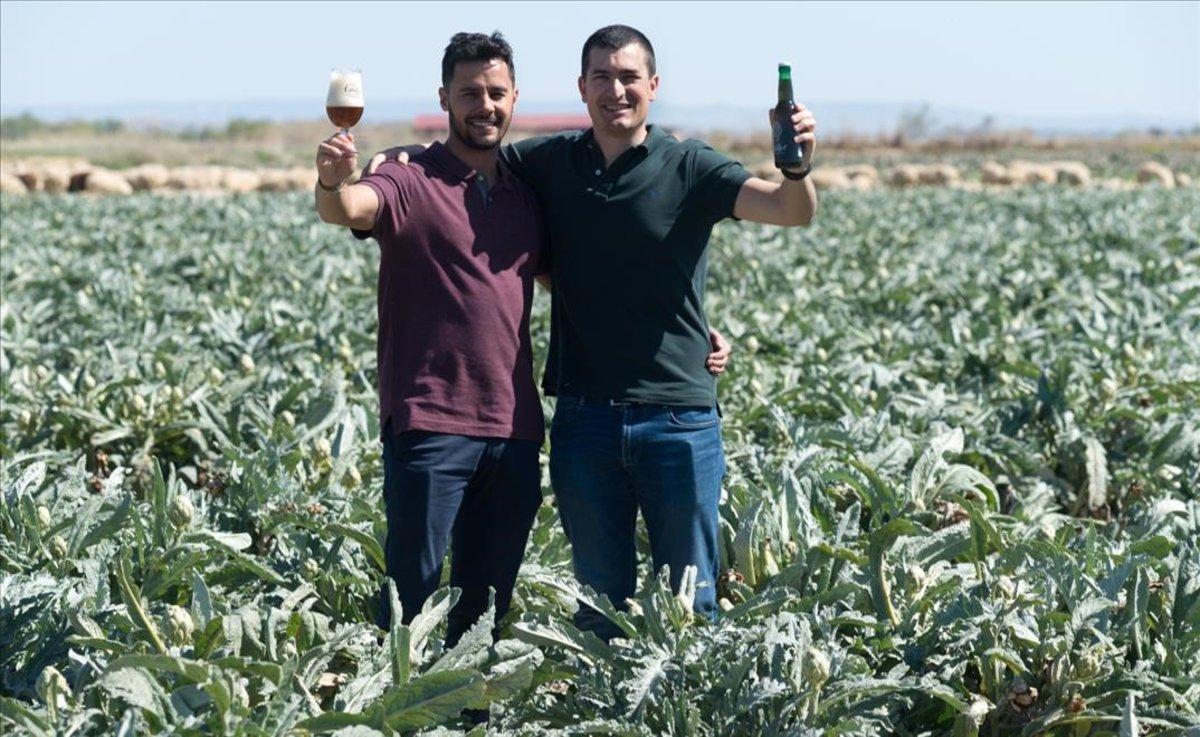 Pedro Madorran y Carlos Orta, fundadores de CachoBeer, una cerveza con sabor a alcachofa.