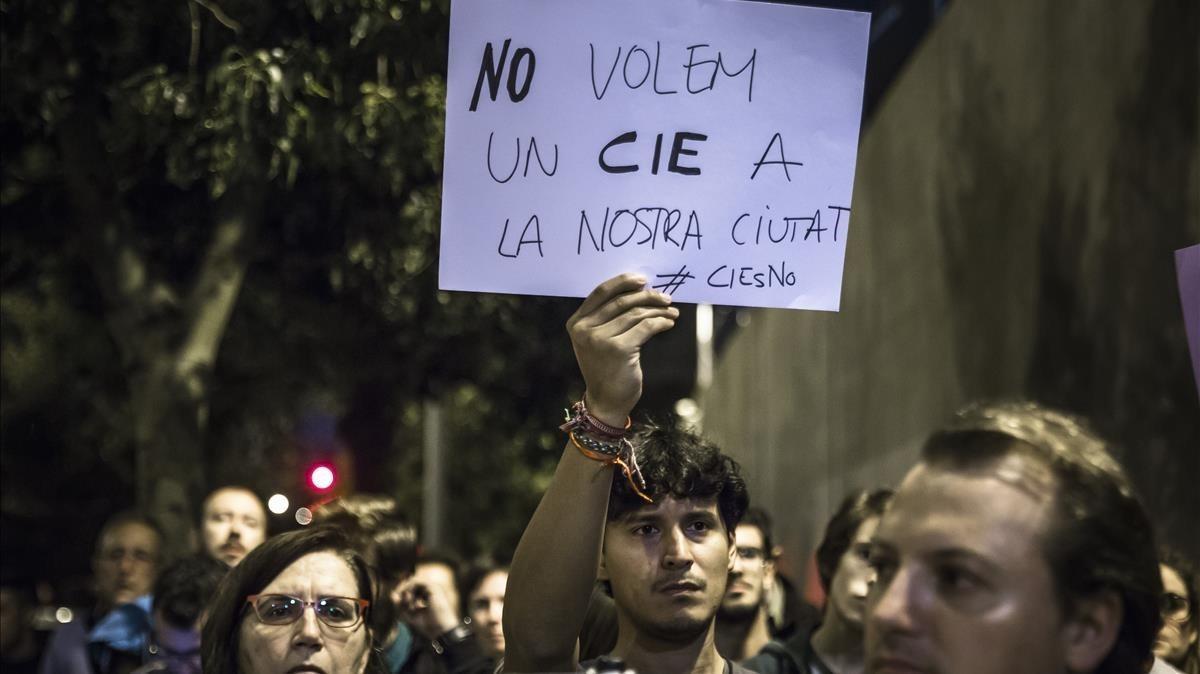 Manifestación contra los CIE, en noviembre del 2016, en el centro de internamiento de extranjeros de València