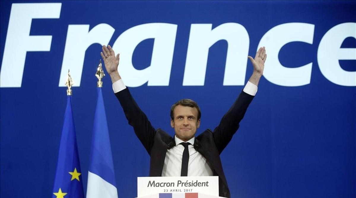 Emmanuel Macron saluda a sus seguidores tras conocer los resultados.