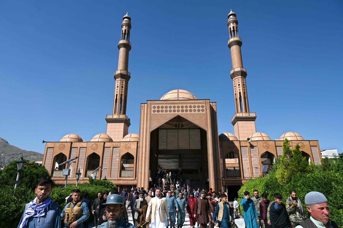 Fieles de Kabul salen de la mezquita Abdul Rahman el pasado mes de mayo.