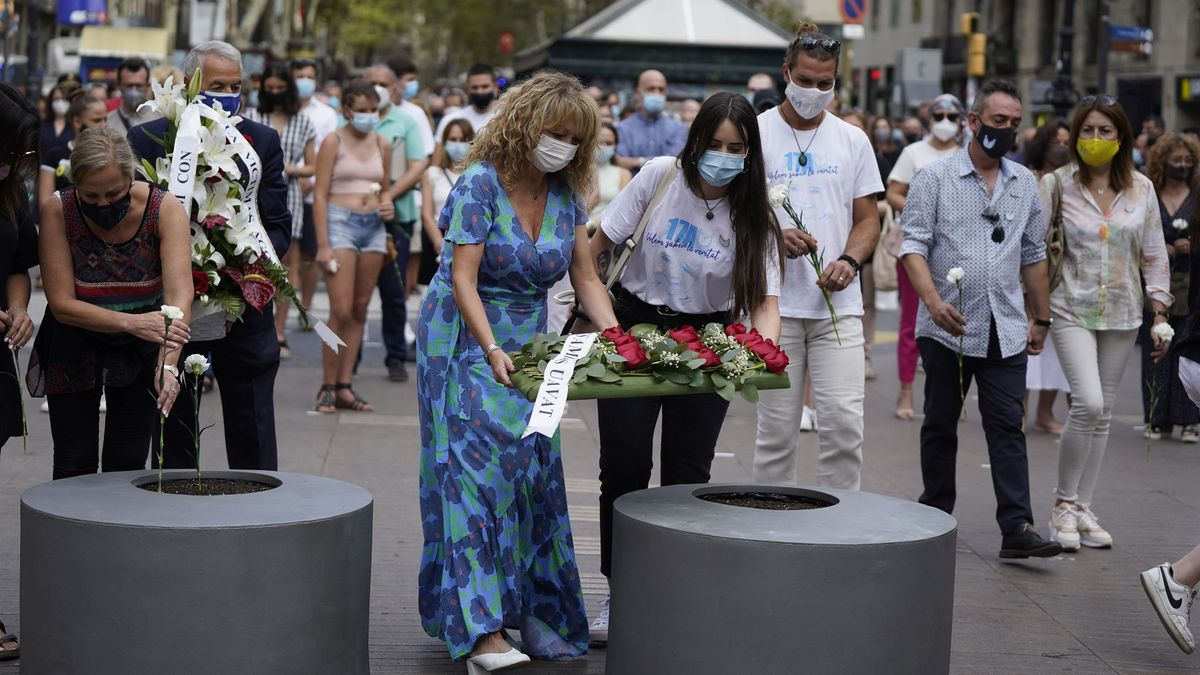 El homenaje ha consistido en un minuto de silencio acompañado de la música del 'Cant dels Ocells' y una ofrenda floral.