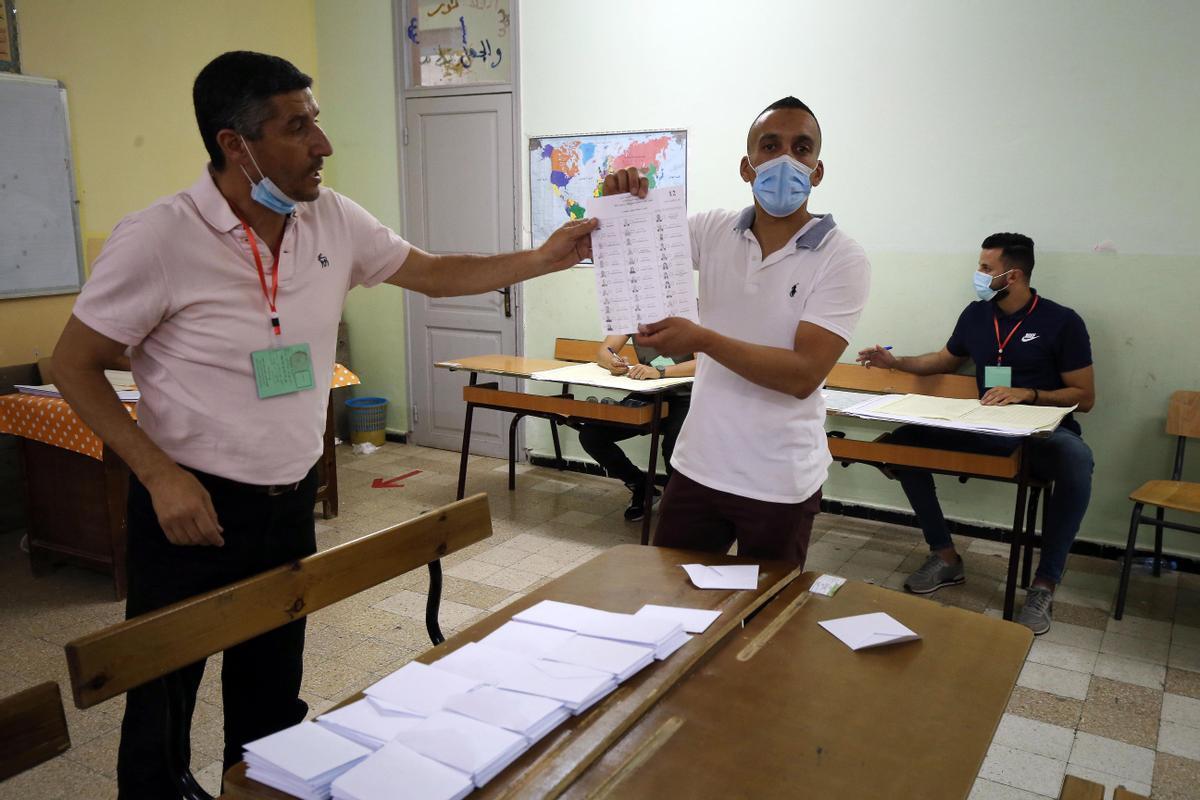 Dos oficiales electorales en un colegio de Argelia