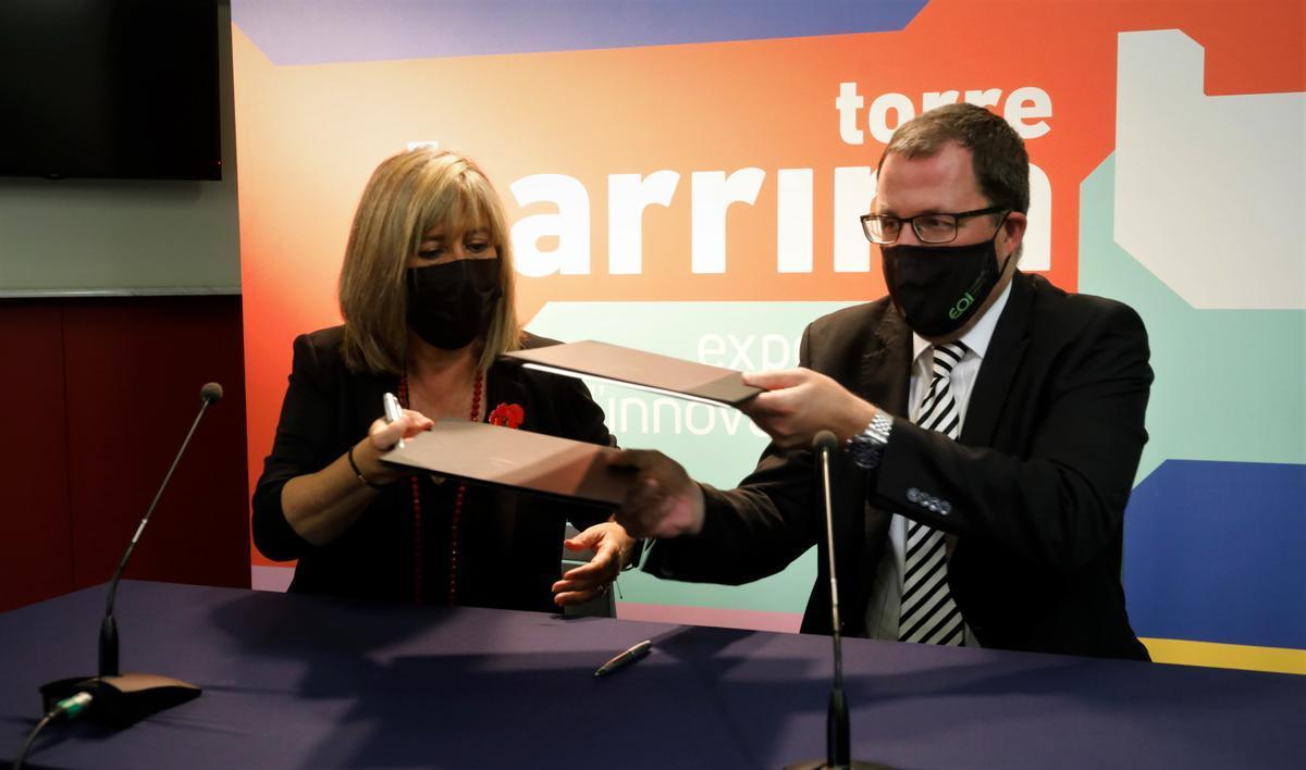 El Ayuntamiento de L'Hospitalet y la Escuela de Organización Industrial firman un convenio para la capacitación digital de jóvenes desempleados.