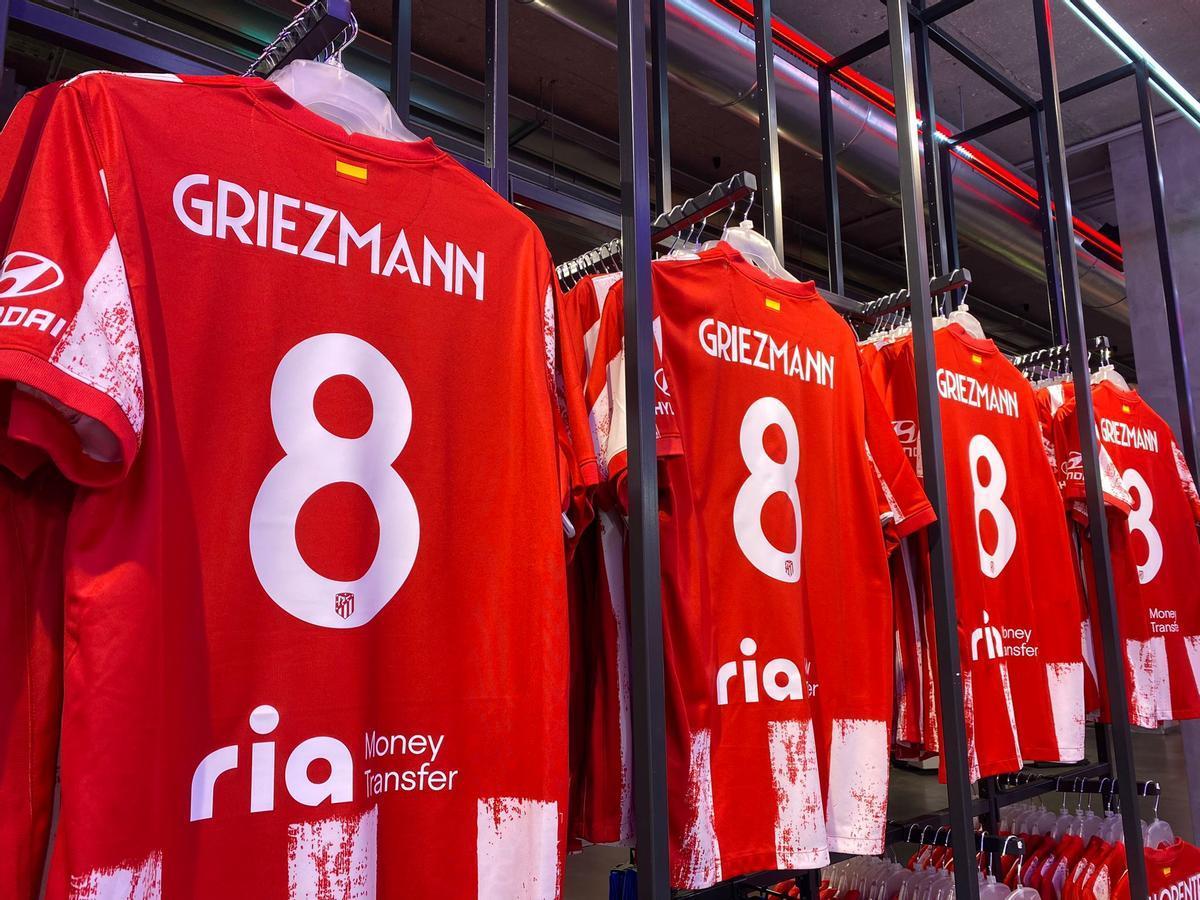 Las camisetas de Griezmann en la tienda del Atlético de Madrid.