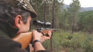 Un cazador espera a una pieza.