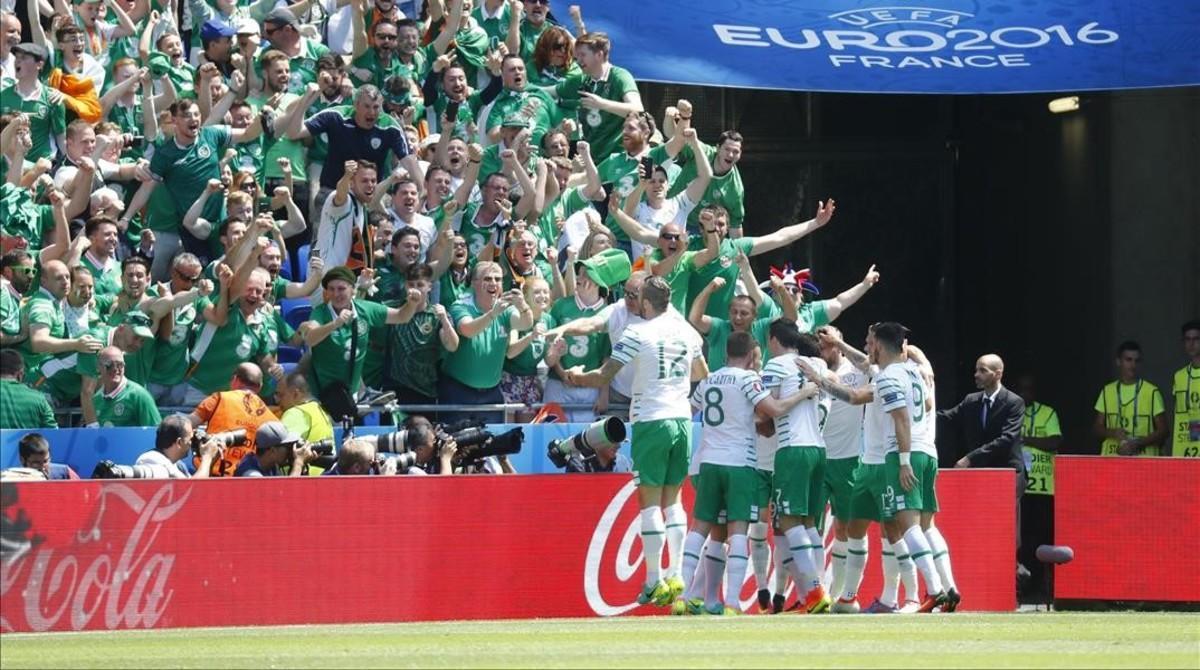 Los jugadores de Irlanda celebran un gol.