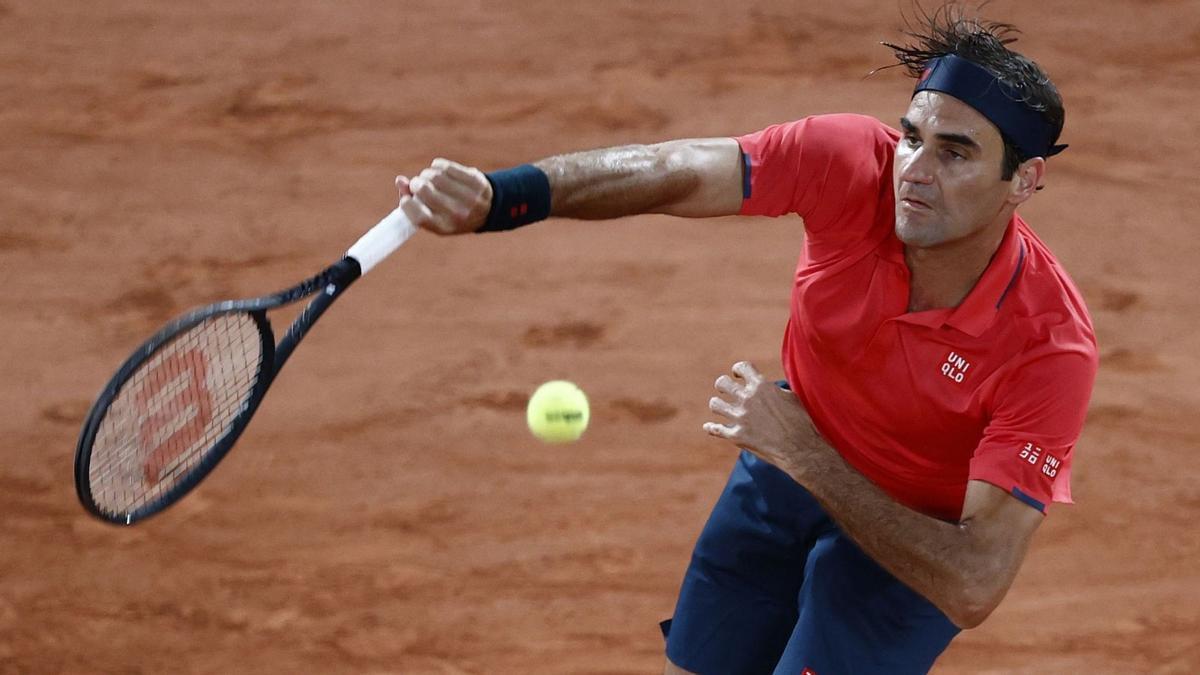 Federer ejecuta un saque, ante Koepfer.