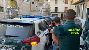 Un momento del arresto de unos de los sospechosos.