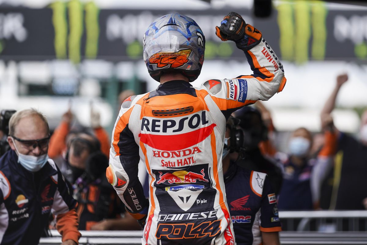 Pol Espargaró (Honda) celebra, frente a su equipo, la 'pole' de hoy en Inglaterra.