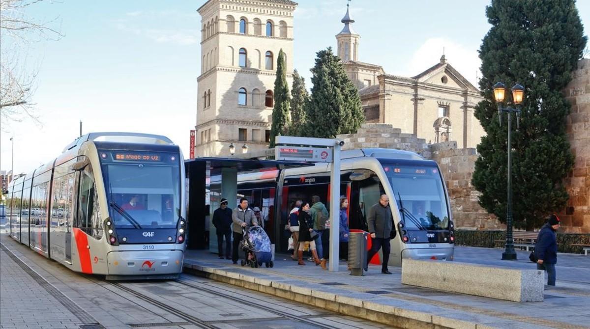 Dos unidades del tranvía de Zaragoza que atraviesa la ciudad de norte a sur desde el 2013.