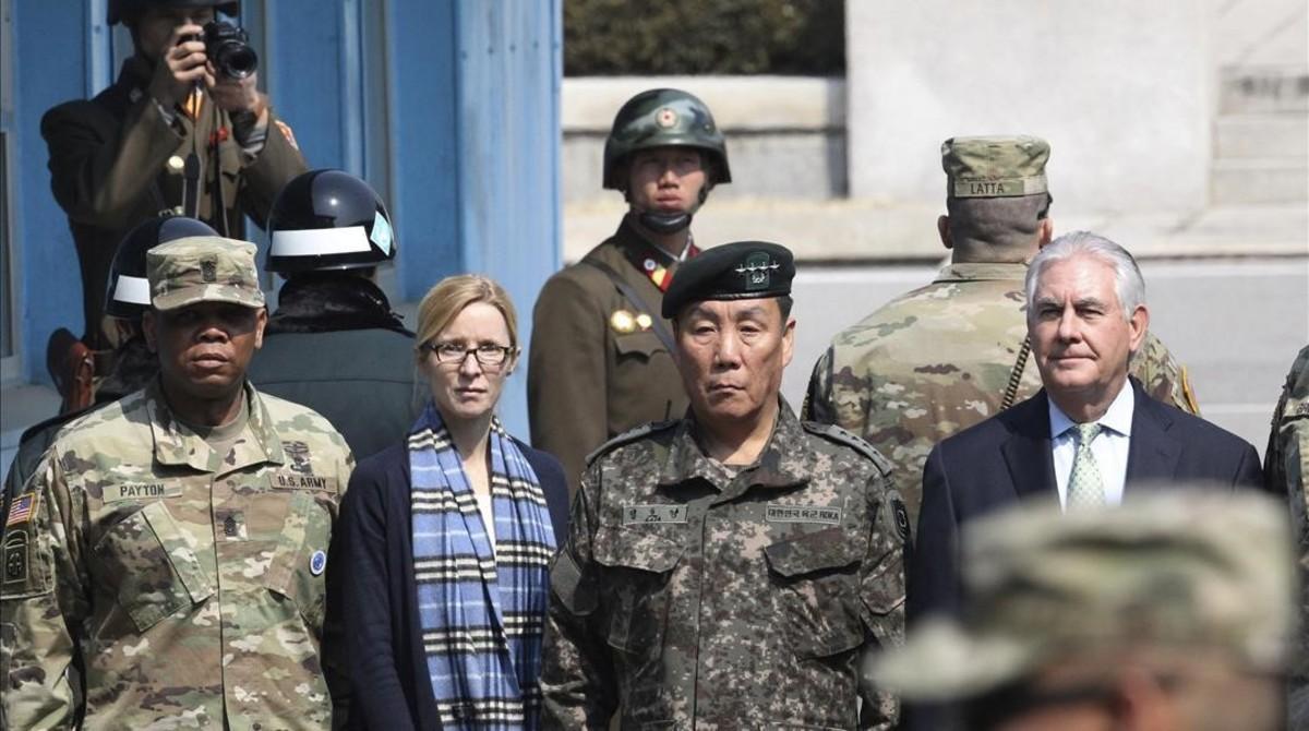 Tillerson, a la derecha con responsables militares surcoreanos.