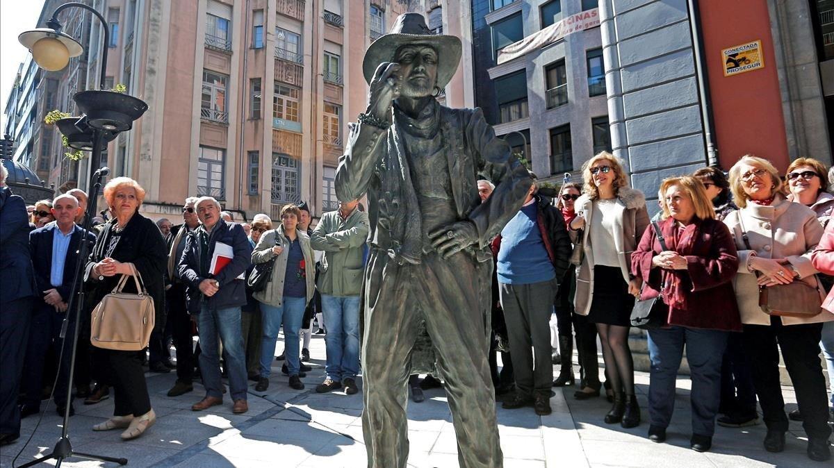 La estatua de tamaño natural del artista asturiano Tino Casal, icono pop de los 80, este viernes.