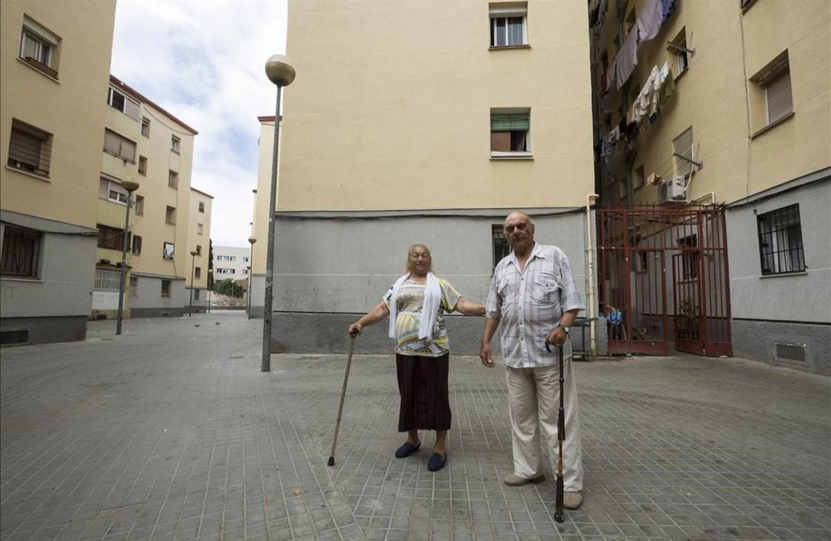 Magdalena y José Amaya, frente a su casa, en el barrio badalonés de Sant Roc, este miércoles.