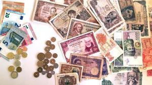 Monedas y billetes de euro y monedas y billetes de peseta.