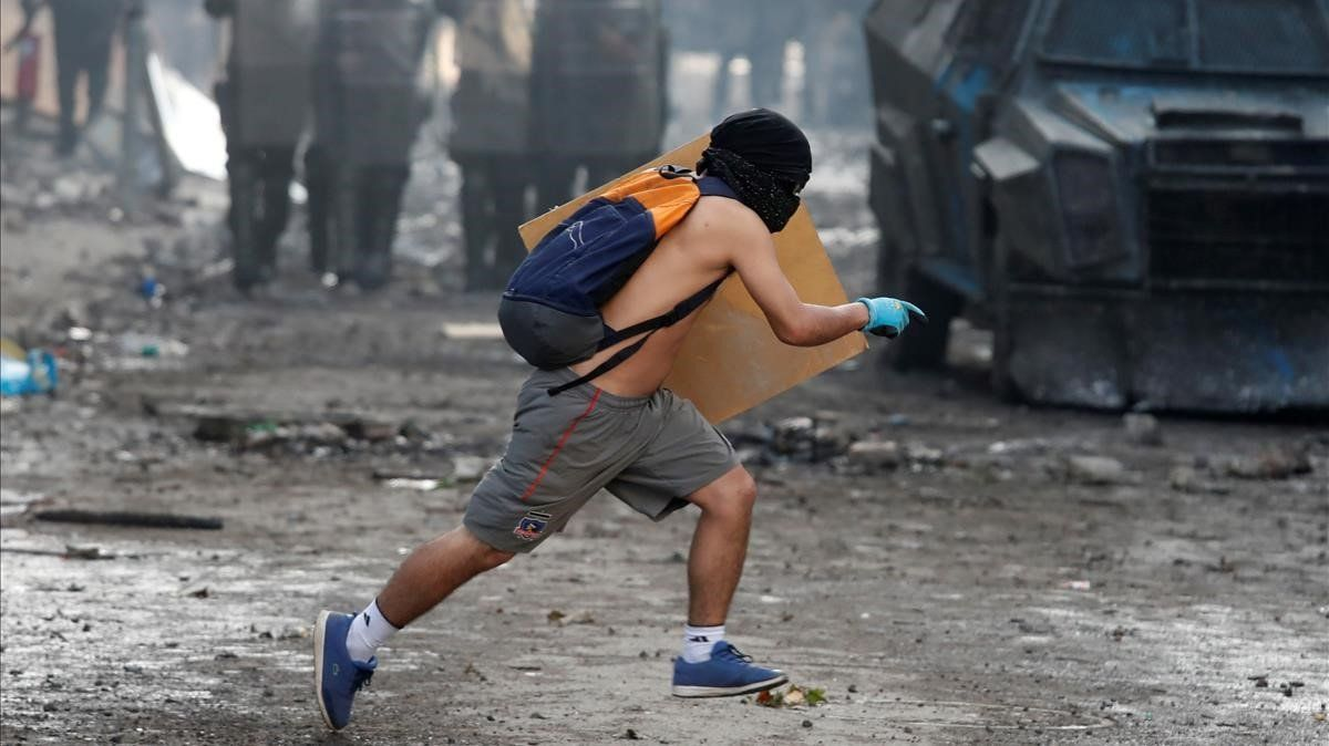 Un manifestante el jueves durante una protesta en Santiago de Chile.