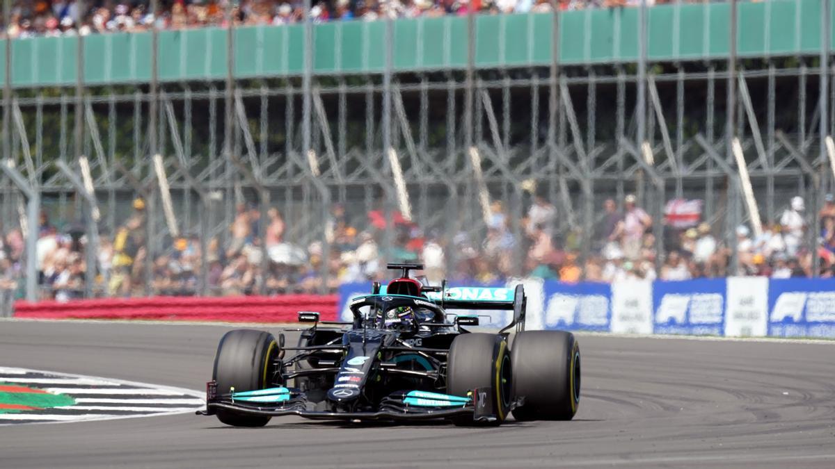 Hamilton, durante la calificación de este viernes en un abarrotado Silverstone.