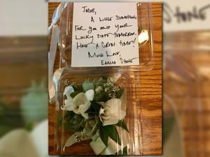 Ramillete de graduación, con la nota que la actriz ha enviado a su admirador Jacob Staudenmeier.