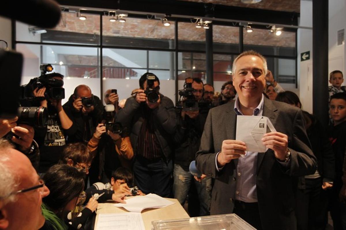 Pere Navarro muestra su papeleta antes de votar, en Terrassa.