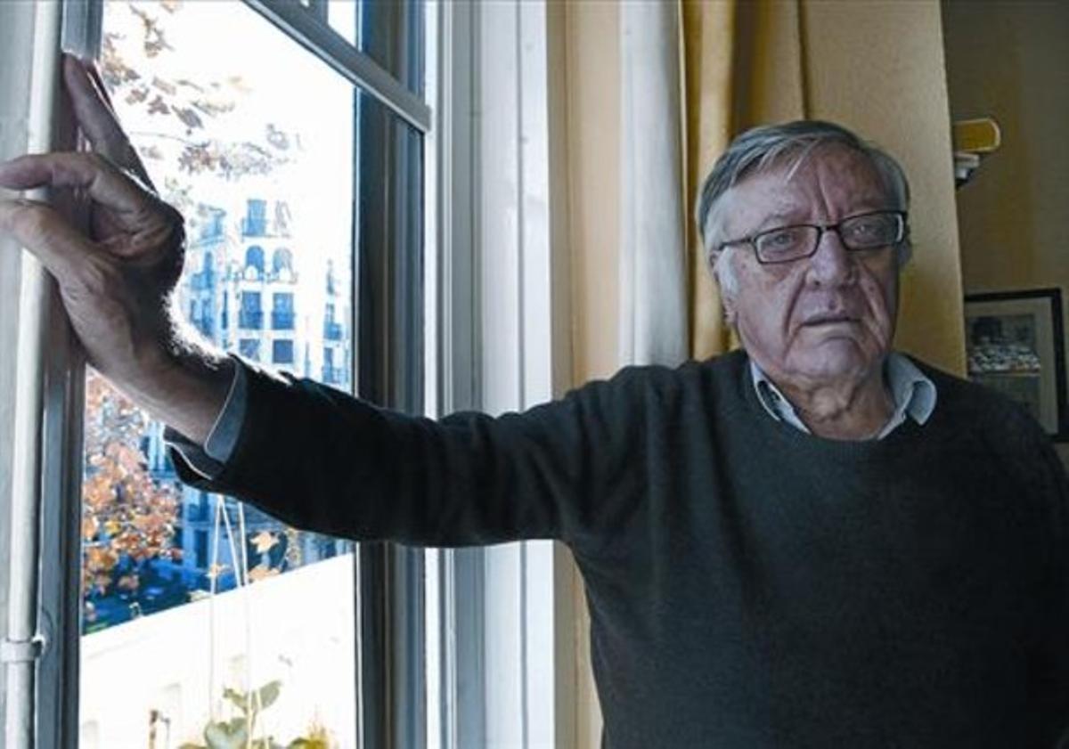 El escritor y poeta Antonio Martínez Sarrión, en su domicilio de Madrid.