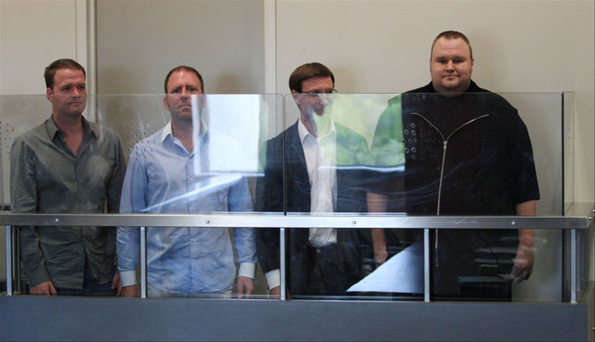De izquierda a derecha los directivos de Megaupload Bram van der Kolk, Finn Batato, Mathias Ortmann y el fundador del portal Kim Dotcom, este viernes, durante su comparecencia ante el juez, en Auckland.