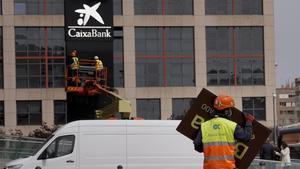 Cambio de logotipo de Bankia por el de Caixabank en la Torre KioFOTOJOSE LUIS ROCA