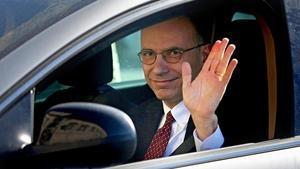 Letta saluda desde su coche a su llegada al palacio del Quirinal, este viernes en Roma.